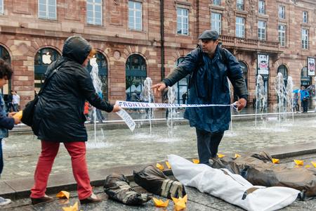 conflictos sociales: ESTRASBURGO, FRANCIA - 26 de abril 2015 Arreglar l�nea Frontex sobre la protesta cuerpos muertos contra la pol�tica de inmigraci�n y gesti�n de fronteras que pide compromiso a ra�z de los desastres en barco migrantes Editorial