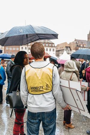 conflictos sociales: ESTRASBURGO, FRANCIA - 26 de abril 2015: Amensty internacional de protesta contra la política de inmigración y gestión de fronteras que pide compromiso a raíz de los desastres en barco migrantes