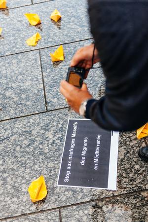 conflictos sociales: ESTRASBURGO, FRANCIA - 26 de abril 2015: Mensaje de fotografiar hombre en protesta contra la pol�tica de inmigraci�n y gesti�n de fronteras que pide compromiso a ra�z de los desastres en barco migrantes