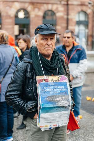 conflictos sociales: ESTRASBURGO, FRANCIA - 26 de abril 2015: El hombre con el cartel en protesta contra la pol�tica de inmigraci�n y gesti�n de fronteras que pide compromiso a ra�z de los desastres en barco migrantes
