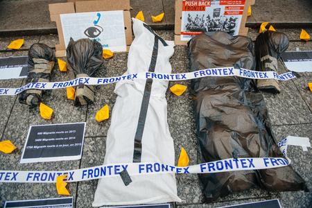 conflictos sociales: ESTRASBURGO, FRANCIA - 26 de abril 2015: Protesta contra la pol�tica de inmigraci�n y gesti�n de fronteras que pide compromiso a ra�z de los desastres en barco migrantes
