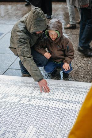 conflictos sociales: ESTRASBURGO, FRANCIA - 26 de abril 2015: Papá e hijo en protesta contra la política de inmigración y gestión de fronteras que pide compromiso a raíz de los desastres en barco migrantes