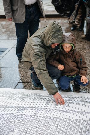 conflictos sociales: ESTRASBURGO, FRANCIA - 26 de abril 2015: Pap� e hijo en protesta contra la pol�tica de inmigraci�n y gesti�n de fronteras que pide compromiso a ra�z de los desastres en barco migrantes