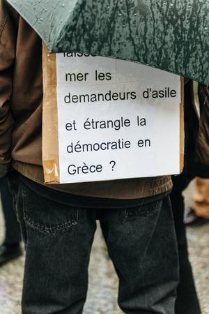 social conflicts: ESTRASBURGO, FRANCIA - 26 de abril 2015: El hombre con el cartel en protesta contra la pol�tica de inmigraci�n y gesti�n de fronteras que pide compromiso a ra�z de los desastres en barco migrantes