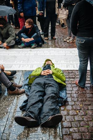 conflictos sociales: ESTRASBURGO, FRANCIA - 26 de abril 2015: Muere en protesta contra la pol�tica de inmigraci�n y gesti�n de fronteras que pide compromiso a ra�z de los desastres en barco migrantes