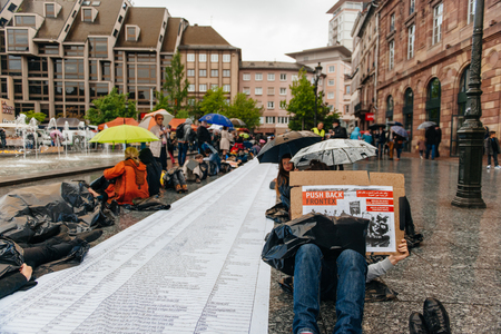 conflictos sociales: ESTRASBURGO, FRANCIA - 26 de abril 2015: Muere en protesta contra la política de inmigración y gestión de fronteras que pide compromiso a raíz de los desastres en barco migrantes
