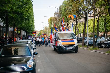 """conflictos sociales: ESTRASBURGO, FRANCIA - 24 de abril de 2015: manifestantes armenios en camión y calles durante la marcha por la centésima años recuerdo del genocidio armenio en 1915 como parte del """"genocidio armenio Remembrance Day '"""