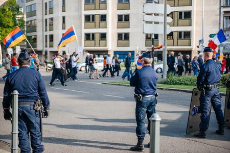 """conflictos sociales: ESTRASBURGO, FRANCIA - 24 de abril de 2015: La policía de vigilancia sobre los manifestantes armenio marcha de 100o año la conmemoración del genocidio armenio en 1915 como parte del """"genocidio armenio Remembrance Day '"""