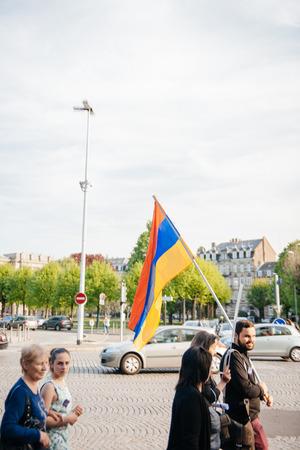 """conflictos sociales: ESTRASBURGO, FRANCIA - 24 de abril de 2015: manifestantes armenios marcha de 100o año la conmemoración del genocidio armenio en 1915 como parte del """"genocidio armenio Remembrance Day ' Editorial"""