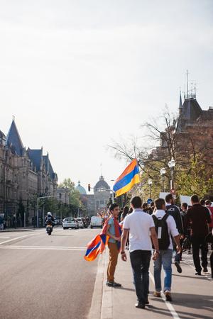 """conflictos sociales: ESTRASBURGO, FRANCIA - 24 de abril de 2015: manifestantes armenios marcha de 100o a�o la conmemoraci�n del genocidio armenio en 1915 como parte del """"genocidio armenio Remembrance Day ' Editorial"""
