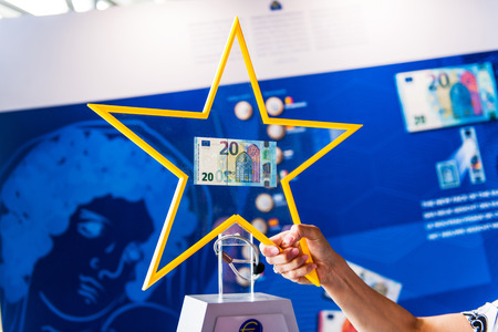 geld: STRASBOURG, FRANCE - MAY 2, 2015: Presentation of the new 20 Euro banknotes by the European Central Bank official. The new 20 Euro banknote with the European symbol Europe is highly protected and has a new design and will start circulating in the euro are Editorial
