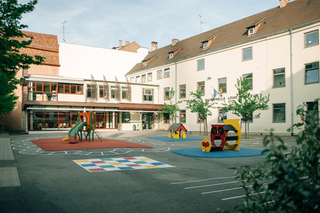 ESTRASBURGO FRANCIA 24 de abril 2015: Louis Pasteur Ecole Maternelle la guardería en Estrasburgo Francia en una noche tranquila con parques infantiles vacías y patio Foto de archivo - 42181219