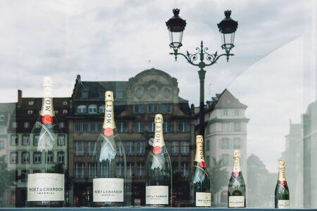 luxury goods: ESTRASBURGO FRANCIA 21 de septiembre 2014: Moet Chandon o Moet diferentes tama�os de botellas es una bodega francesa y copropietario de la empresa de productos de lujo Louis Vuitton MoetHennessy. Moet et Chandon es uno de los productores de champ�n m�s grandes del mundo y una prominen