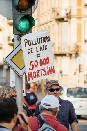 contaminacion del aire: ESTRASBURGO, FRANCIA - 06 de agosto 2015: La gente protesta contra la contaminaci�n del aire en Estrasburgo, Alsacia, Francia - hombre con la contaminaci�n del aire pancarta mata 50000 personas al a�o