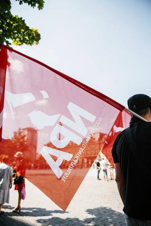 conflictos sociales: Las personas que protestan contra la pol�tica de inmigraci�n y gesti�n de fronteras que pide el compromiso en la estela de los migrantes desastres barco - Nueva bandera del partido anticapitalista