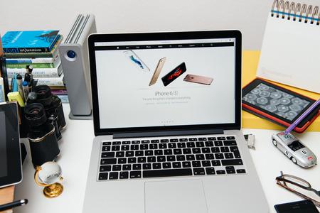 gamme de produit: PARIS, FRANCE - 9 septembre 2015: site Apple Computers sur MacBook Pro Retina dans un environnement de salle de cr�ation mettant en vedette l'iPhone 6S t�l�phone intelligent vient d'�tre annonc� �ditoriale