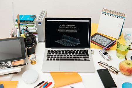 apple computers: Par�s, Francia - SEP 10, 2015: Apple Computers sitio web en el MacBook Pro Retina en un ambiente de sala creativa mostrando el iPad pro teclado reci�n anunciado