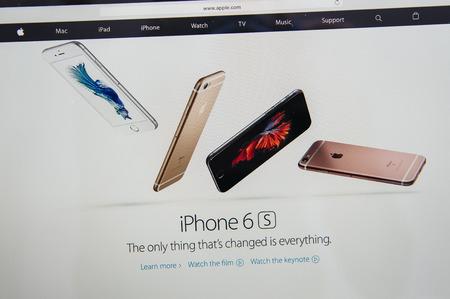 gamme de produit: PARIS, FRANCE - 9 septembre 2015: site Apple Computers sur MacBook Pro Retina dans un environnement de salle de création mettant en vedette l'iPhone 6S téléphone intelligent vient d'être annoncé Éditoriale