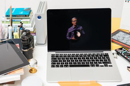 PARIS, FRANCIA - 10 de septiembre 2015: Apple Computers sitio web en el MacBook Pro Retina en un ambiente de sala creativa mostrando de Apple, Tim Cook evento con la celebración de la nueva iPad Editorial