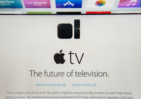 apfel: PARIS, Frankreich - 10. September 2015: Apple Computers Website auf MacBook Pro Retina in einer kreativen Raumumgebung präsentiert die neu angekündigten Apple TV, die Zukunft des Fernsehens Editorial