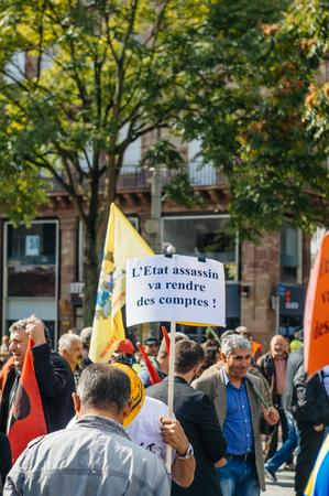 revenge: ESTRASBURGO, Francia - el 04 de octubre, 2015 manifestantes que protestaban contra la visita del presidente turco, Recep Tayyip Erdogan a Estrasburgo - hombre con la venganza cartel Editorial