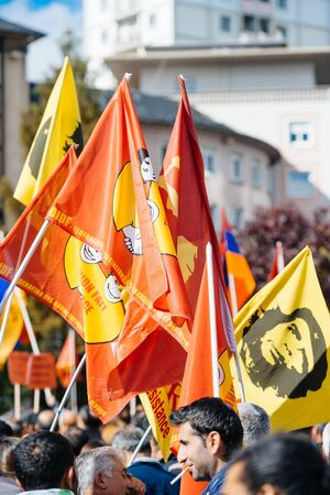 gente saludando: STRASBOURG, FRANCE - OCT 4, 2015 Demonstrators protesting against Turkish President Recep Tayyip Erdogans visit to Strasbourg - people waving flags