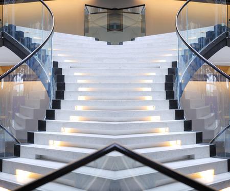 Abstracte wenteltrap van een mooie ingang trap interieur fotografie Stockfoto