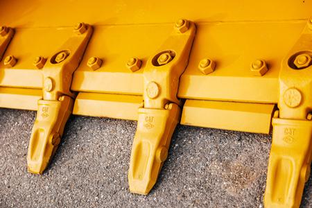 maquinaria pesada: FRANKFURT, Alemania - DE SEPT 05, 2015: echa los dientes de acero macizo rocoso cubo de excavación minera showel estándar de una nueva excavadora de manutención Caterpillar CAT