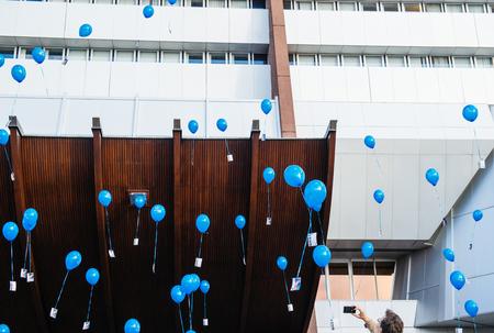 sexuel: STRASBOURG, FRANCE - 9 décembre 2015: Man photographier le lancement du ballon Smartphone pour la première Journée européenne sur la protection des enfants contre l'exploitation et les abus sexuels Éditoriale