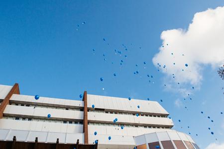 abuso sexual: ESTRASBURGO, FRANCIA - 09 de diciembre 2015: los empleados del COE y ni�os celebran el primer D�a Europeo de la Protecci�n de los ni�os contra la explotaci�n y el abuso sexual por el lanzamiento de globos azules Editorial