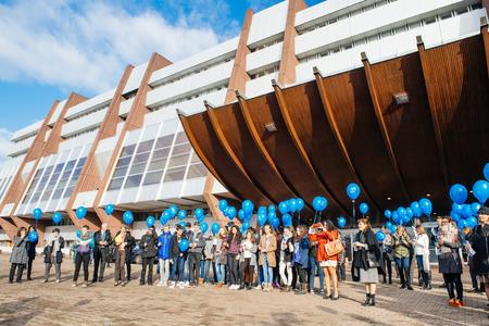 violencia sexual: ESTRASBURGO, FRANCIA - 09 de diciembre 2015: los empleados del COE y niños celebran el primer Día Europeo de la Protección de los niños contra la explotación y el abuso sexual por el lanzamiento de globos azules Editorial
