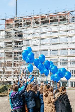 abuso sexual: Estrasburgo, Francia - 09 de diciembre de 2015: Los niños celebran el primer Día Europeo de la Protección de los niños contra la explotación y el abuso sexual por el lanzamiento de globos azules Editorial