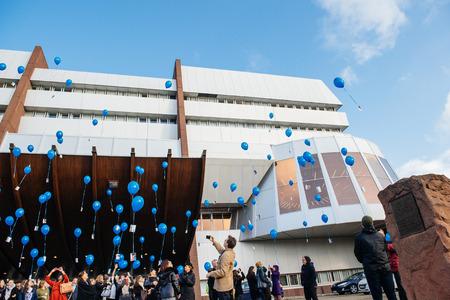 sexuel: STRASBOURG, FRANCE - 9 décembre 2015: les employés du COE et les enfants qui célèbrent la première Journée européenne sur la protection des enfants contre l'exploitation et les abus sexuels en lançant des ballons bleus