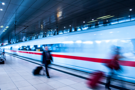 tren: Estaci�n de tren del aeropuerto de Frankfurt con el movimiento de la gente de negocios la falta de definici�n en las horas pico