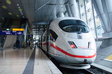 FRANKFURT, GERMANY - SEP 14, 2009: ICE 3 Hispeed train or Intercity-Express 3 in Frankfurt Airport train station. Ice 3 is a family of high-speed EMU trains operated by Deutsche Bahn. 新聞圖片