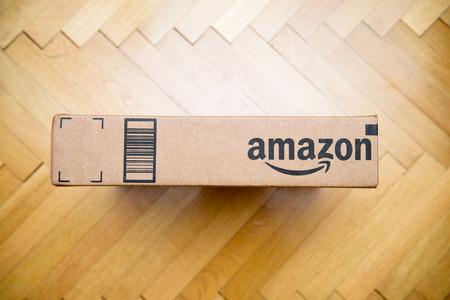 PARIS, FRANCE - 28 janvier 2016: Amazon logotype imprimé sur le côté de la boîte en carton en vue de dessus sur un plancher en bois Amazon est une société américaine e-commerce électronique