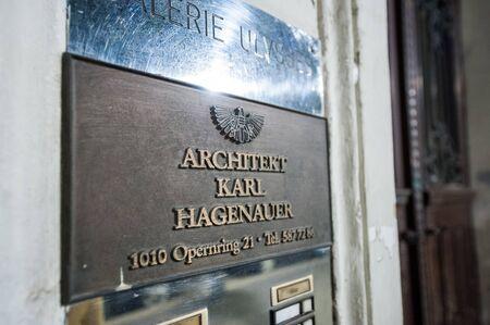 WENEN, OOSTENRIJK - 4 JULI 2011: Architekt Karl Hagenauer-plaat op de ingang aan de architectuurdienst. De architectengalerij Karl Hagenauer werd in 2001 opgericht door Karl Hagenauer, de zoon van de ontwerper Karl Hagenauer, die figur koos en verzamelde