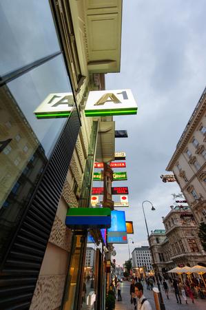tienda de ropa: Viena, AUSTRIA - JUL 4, 2011: Diversas se�ales de ne�n modernas y nombres de marca vistos en perspectiva en la famosa calle Garben en el centro de Viena, Austria. Se considera que estar en la calle de m�s lujoso de Europa