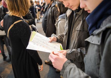 istruzione: Strasburgo, Francia - 4 FEBBRAIO, 2016: Bambini e ragazzi di tutte le età che frequentano annuale Fiera Istruzione di scegliere percorso di carriera e ricevere consulenza professionale - Bous lettura volantino Editoriali