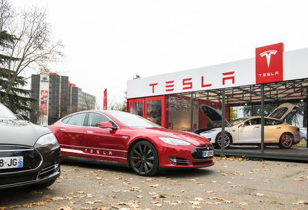 PARIS, FRANKREICH - 29. NOVEMBER: Tesla Model S Showroom und zwei Luxus-tesla Autos draußen und ein nach innen. Tesla ist ein amerikanisches Unternehmen, entwickelt, produziert und vertreibt Elektroautos Standard-Bild - 52229115