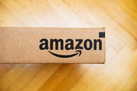 PARIS, FRANCJA - JAN 28, 2016: logotyp Amazon wydrukowane na bokach kartonowych, widziane z góry na drewnianej podłodze. Amazon Inc jest amerykańską firmą elektronicznej e-commerce Publikacyjne