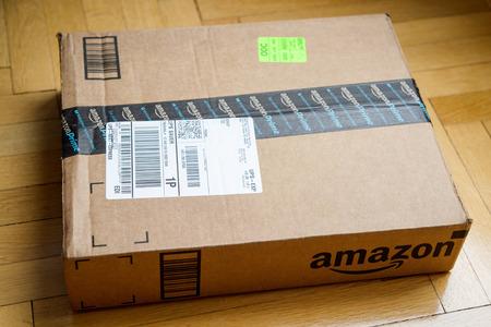 PARIS, FRANCE - 28 janvier 2016: boîte Amazon Prime lPremium vue de dessus sur un plancher en bois. Amazon Inc est une société américaine e-commerce électronique