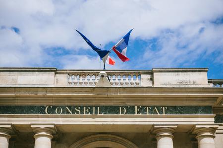 Conseil d'Etat - Raad van State gebouw met de Franse vlag en Europena Union Flag in Parijs Frankrijk. Raad van State is een orgaan van de Franse nationale overheid die fungeert als juridisch adviseur van de uitvoerende macht en als hoogste rechterlijke instantie voor administ Redactioneel