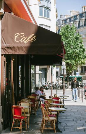 PARIS, FRANCE - 18 août 2014: café confortable traditionnel dans le centre de Paris, France avec des personnes bénéficiant de Paris sur la rue de la rue Lyon et du boulevard Diderot sur une journée d'été ensoleillée