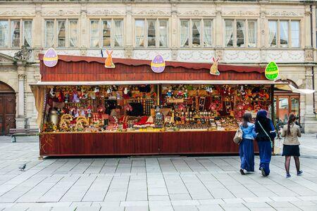 osterei: Stra�burg, Frankreich - 21. M�rz 2015: Traditionelle Stall Chalet Ostermarkt auf dem Altst�dter Ring von Gutenberg mit drei Frauen Burka