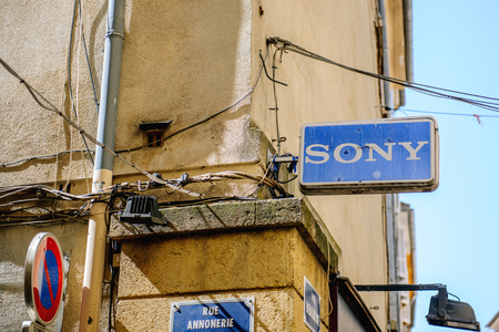 referidos: MARSEILLE, FRANCE - JUL 18, 2014: Old SONY Corporation logo on the corner of a typical warm painted house in Marseille, France. Sony Corporation-commonly referred to as Sony is a Editorial