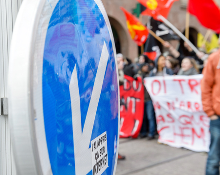 part of me: Estrasburgo, Francia - 9 MAR 2016: Aprendí esto en Etiqueta de Internet y multitud siluetas como parte del día nacional de protesta contra las reformas laborales propuestas por el Gobierno Socialista