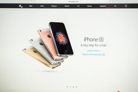 PARIS, FRANCIA - 21 de marzo, 2016: página web de Apple Computers en el MacBook Pro Retina en un ambiente de sala creativa friki mostrando el recién anunciado iPhone SE en cuatro variaciones de color