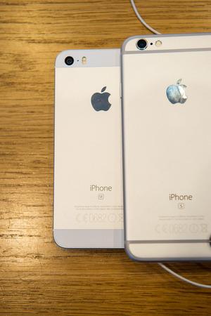 PARIS, FRANKREICH - 4. April 2016: iPhone 6s und das neue Apple iPhone SE während der Verkaufsstart der neuesten Apple Inc. Smartphone und iPad Pro im Apple Store in Paris, Frankreich Standard-Bild - 54685083