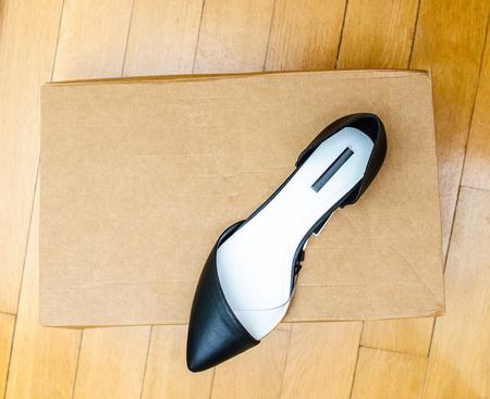 comprando zapatos: Los nuevos zapatos de cuero de recogida de verano en una caja de cartón